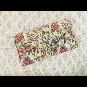 ‼️ vintage floral clutch ‼️